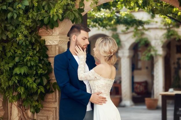 Histoire d'amour d'une femme et d'un homme. couple d'amoureux s'embrasse, un beau couple oriental. un homme en veste et une fille en longue robe légère luxueuse