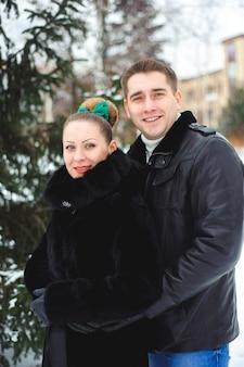 Histoire d'amour d'hiver. belle paire d'amoureux dans le parc
