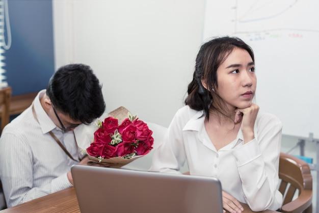 Histoire d'amour d'homme d'affaires avec une femme d'affaires en compagnie
