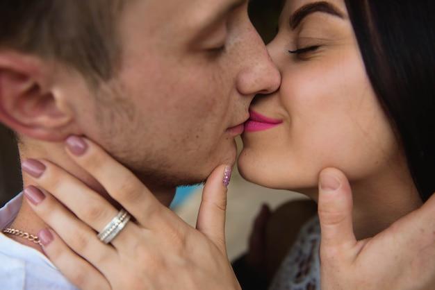 Histoire d'amour d'un jeune homme et d'une femme embrassant la nature