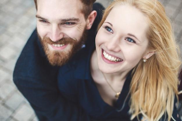 Histoire d'amour. paire de gars et fille étreignant et riant.