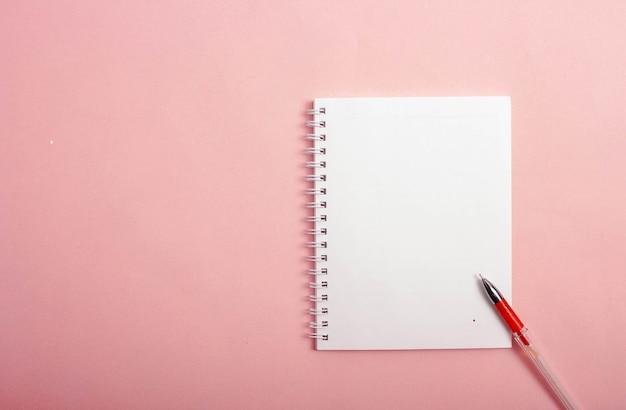 L'histoire du dessin d'un cœur rouge dans un carnet de notes 7étapes du processus étape 2