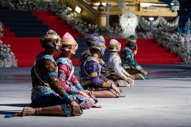 Histoire de pantomime de ramayana dansant et agissant sur le terrain par des étudiants thaïlandais dans un temple thaïlandais