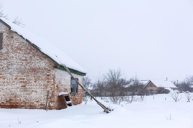 Hiver, ancienne grange délabrée. beaucoup de neige autour