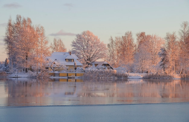 Hiver, aube, maison au bord du lac