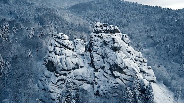 L'hiver dans les montagnes des carpates. prise de vue aérienne à haute altitude.
