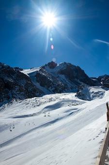 Hiver dans les montagnes du kazakhstan dans le camp des alpinistes par une belle journée ensoleillée
