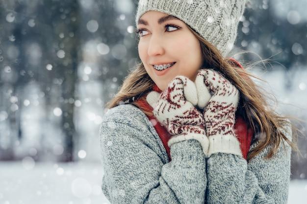 Hiver jeune femme portrait beauté joyeuse fille modèle riant et s'amusant dans le parc d'hiver