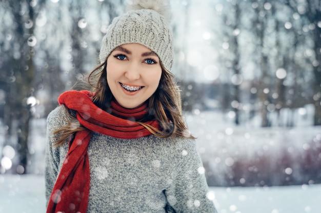Hiver jeune femme portrait beauté joyeuse fille modèle riant et s'amusant