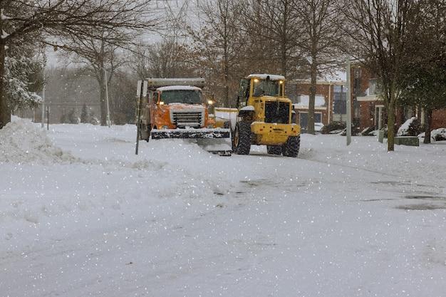 L'hiver le véhicule de déneigement enlève la neige après de fortes chutes de neige