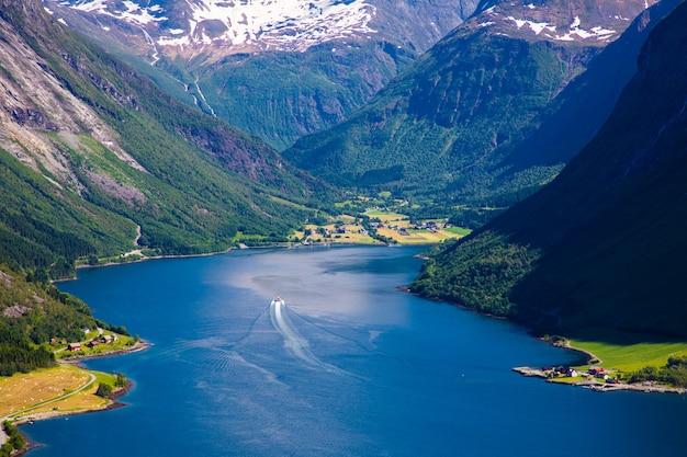 Le hjorundfjord et les alpes de sunnmore près de trandal, more og romsdal, norvège.