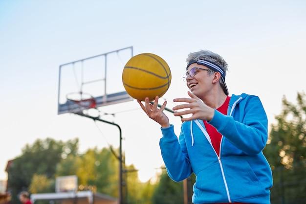 Le hobby d'un jeune adolescent est le basketball