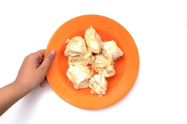 Holding durian fruit sur plaque en plastique isolé sur fond blanc