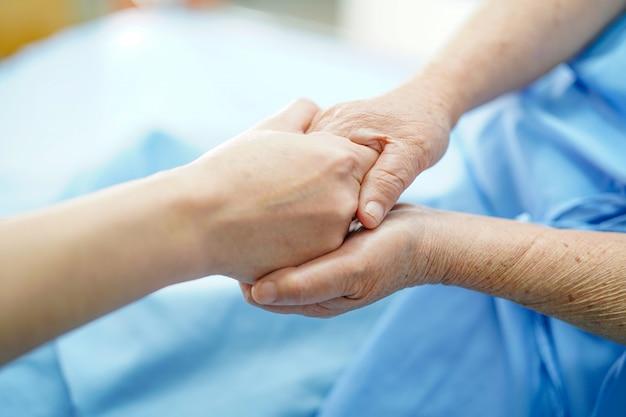 Holding toucher des mains senior asiatique