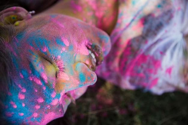 Holi couleur sur le visage de la femme