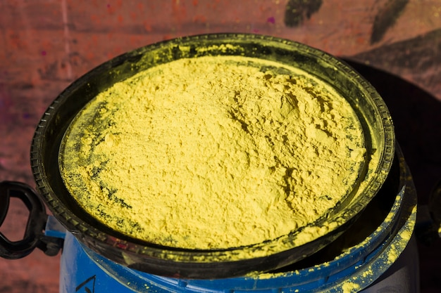 Holi jaune sur le couvercle d'un tambour bleu
