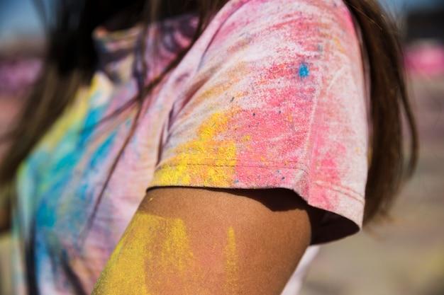 Holi poudre de couleur sur le t-shirt de la femme