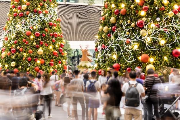 Holidy fête événement en plein air floue gens avec arbre de noël et les lumières de fond