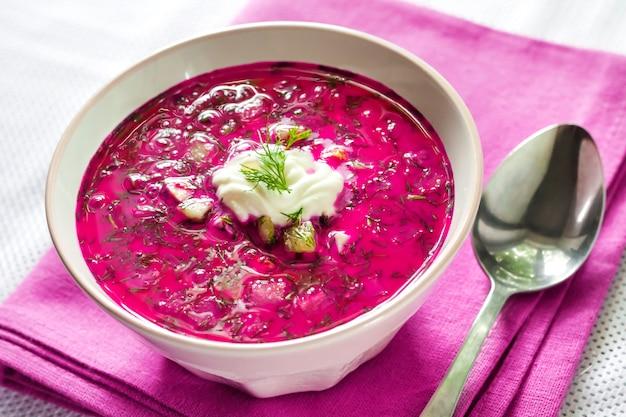Holodnik, soupe de betterave froide traditionnelle lituanienne