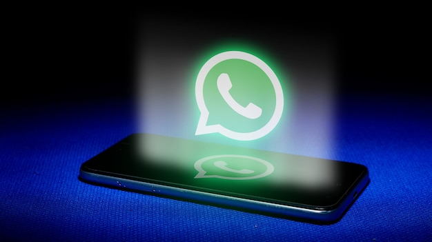 Hologramme du logo whatsapp. image du logo hologramme whatsapp sur fond bleu.