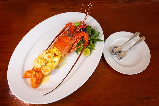 Homard au four sur une plaque blanche, fruits de mer de luxe, mise au point sélective de la nourriture.