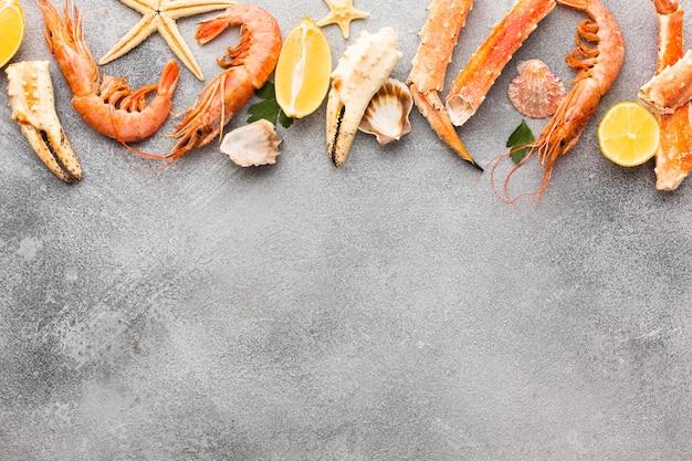 Homard frais et crevettes alignées avec espace de copie