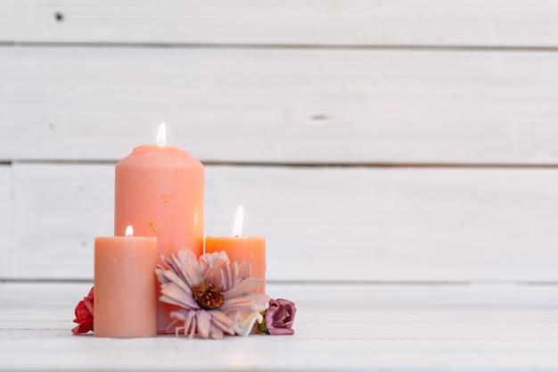 Home allumer des bougies sur une table en bois
