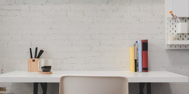 Homeoffice minimal avec des fournitures de bureau et des décorations sur une surface de table en bois blanche