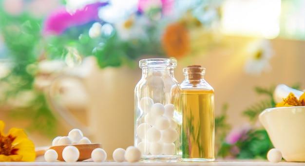 Homéopathie, extraits de plantes dans de petites bouteilles.