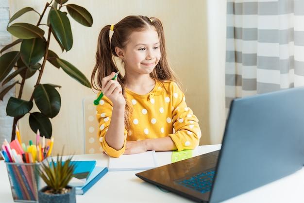 Homeschool petite jeune fille apprenant la classe en ligne internet virtuel du professeur d'école par réunion à distance en raison de la pandémie de covid