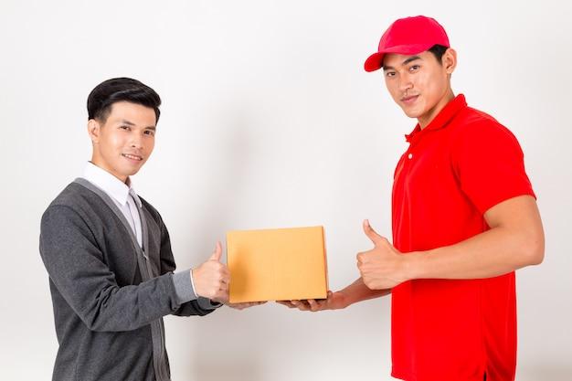 Homme acceptant une livraison de boîtes de courrier de service de livraison. isolé sur fond blanc