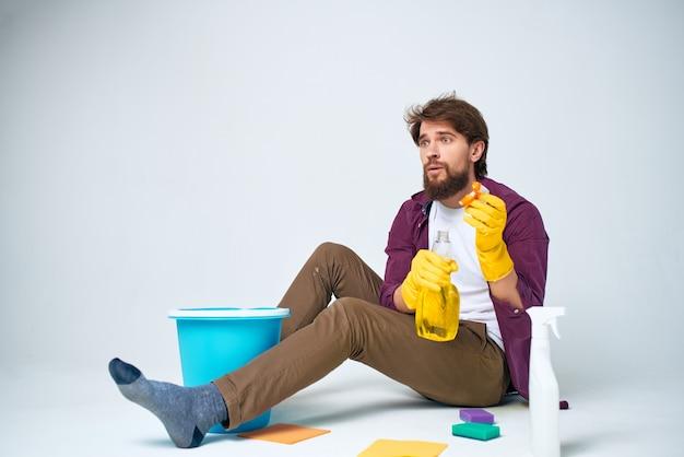 Homme avec des accessoires de lavage de détergent style de vie professionnel