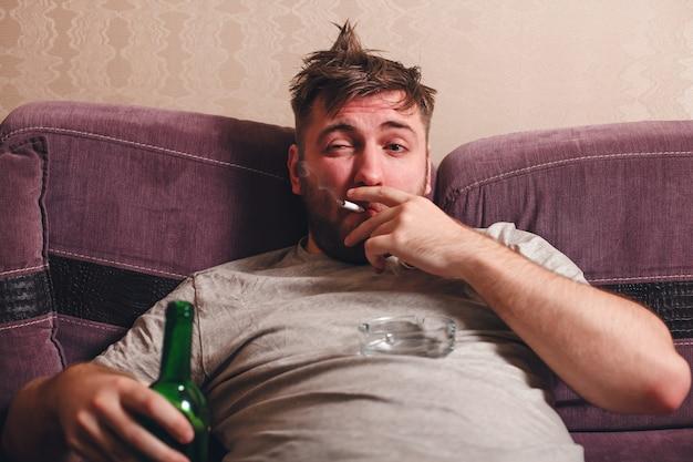 Homme accro à l'alcool dans la dépression.