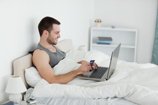 Homme achetant en ligne