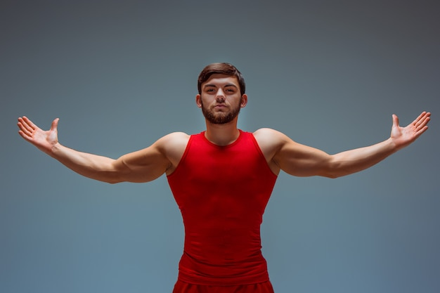 Homme acrobatique en vêtements rouges