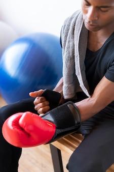 Homme actif portant des gants de boxe