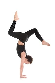 Homme actif à pratiquer le yoga avancé