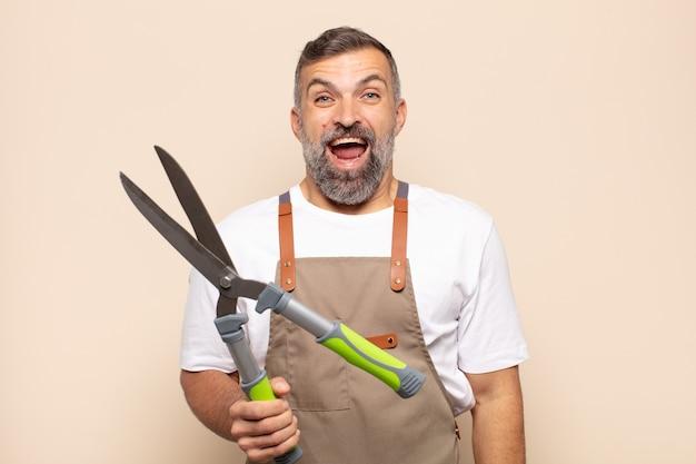 Homme adulte ayant l'air heureux et agréablement surpris, excité par une expression fascinée et choquée