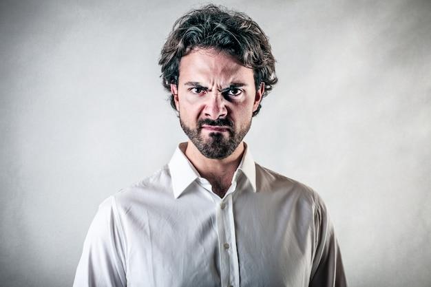 Homme adulte en colère