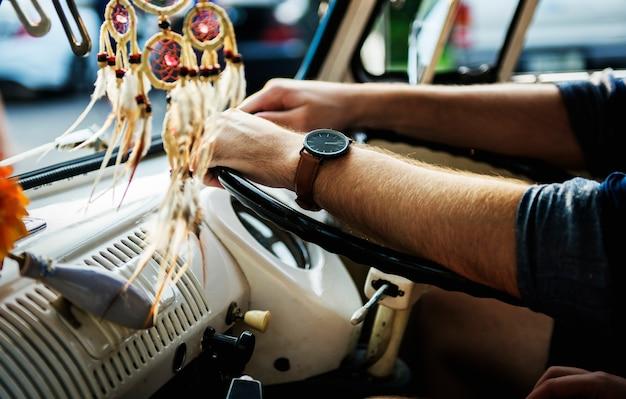 Homme adulte conduisant une voiture road trip