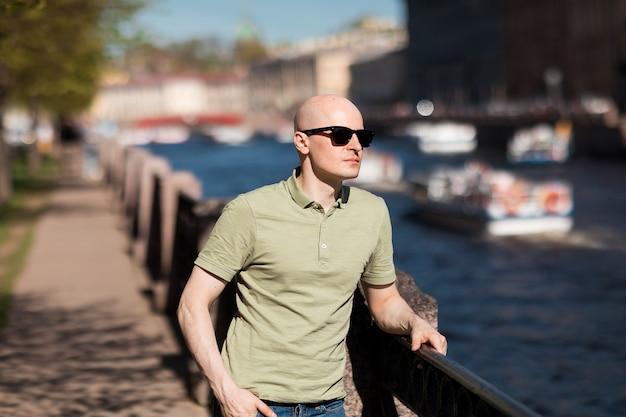 Homme adulte dans une tenue décontractée avec des lunettes de soleil