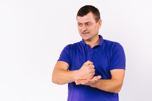 Homme adulte émotionnel avec déficience auditive, à côté, montre des gestes de signe avec ses mains sur un