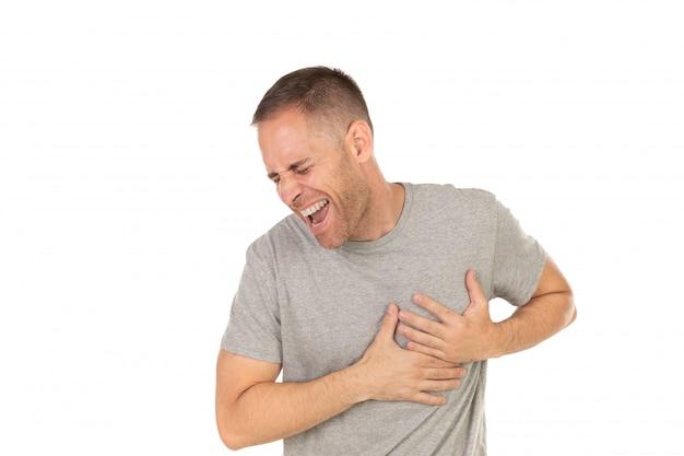 Homme adulte avec une forte douleur à la poitrine