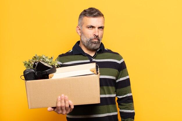 Homme adulte se sentant triste, bouleversé ou en colère et regardant sur le côté avec une attitude négative, fronçant les sourcils en désaccord