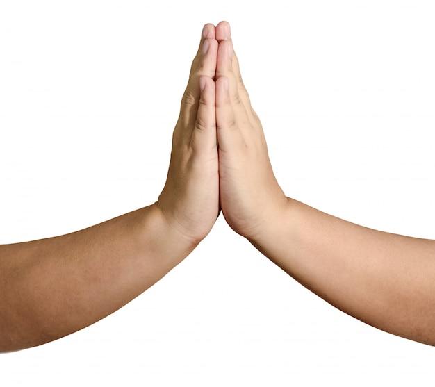 Homme adulte avec ses mains placées ensemble en prière devant un isolement