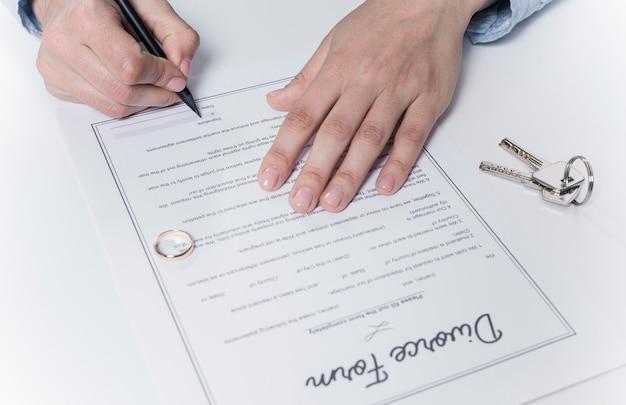 Un homme adulte signe un formulaire de divorce