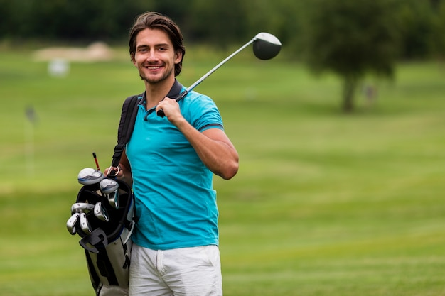 Homme adulte vue de face avec des clubs de golf