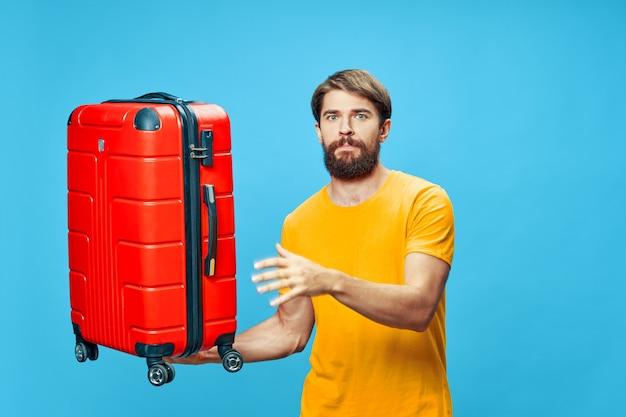 Homme avec l'aéroport de passager de voyage de vacances de valise