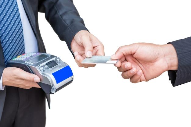 Homme d'affaires acceptant la carte de crédit du client en payant via l'imprimante de reçus