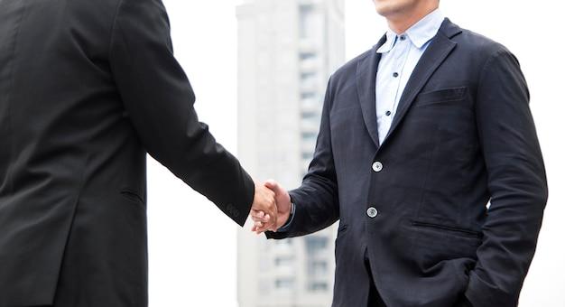 Homme d'affaires en accord de poignée de main. coopération conceptuelle.